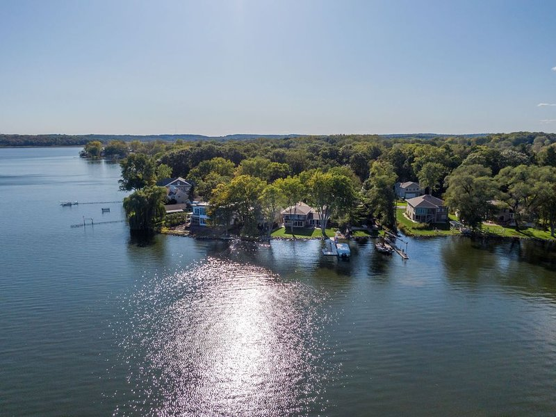 Lake Home Getaway on Beautiful Lake Waubesa in Madison, WI!, alquiler de vacaciones en Madison