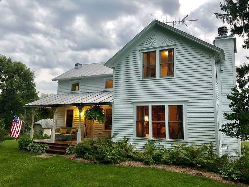 Ideal Isolation!  20 acre Farmhouse on Private Lake + >96 hrs between renters!, holiday rental in Amherst