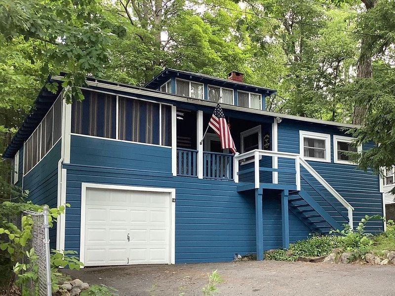 Charming Adirondack Style Summer Home, holiday rental in Lake George