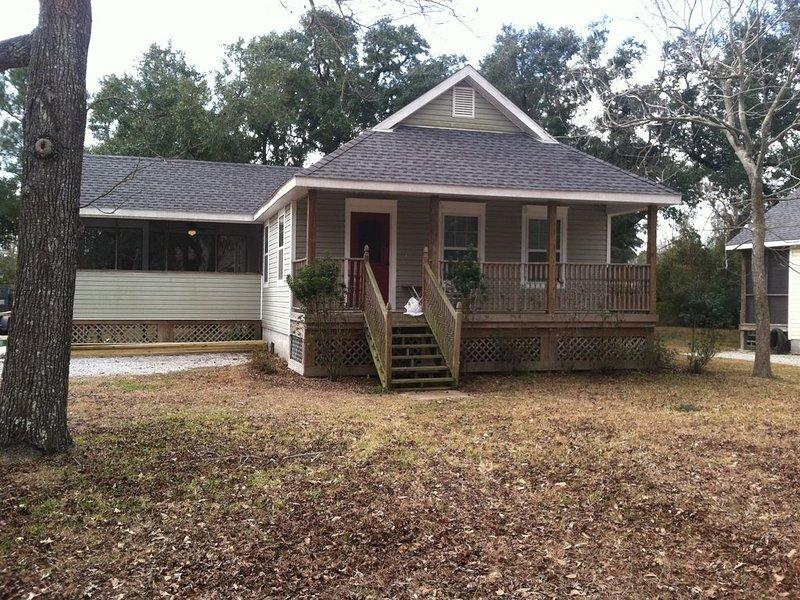 Unique Property Built To Resemble A CA 1900 Coastal Cottage, casa vacanza a Bay Saint Louis