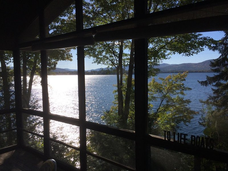 Lake George private waterfront property with beautiful sunset views., location de vacances à Comstock