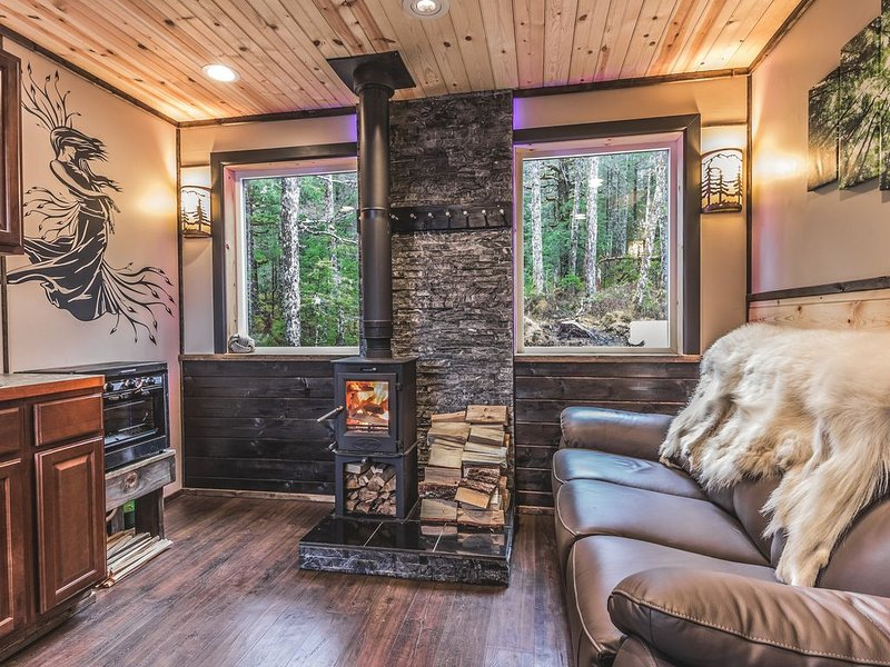 Secluded Wolf Ridge Cabin, vacation rental in Seward