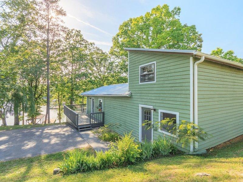 Social distance in a lakefront house, boat slip included!, location de vacances à Jacksboro