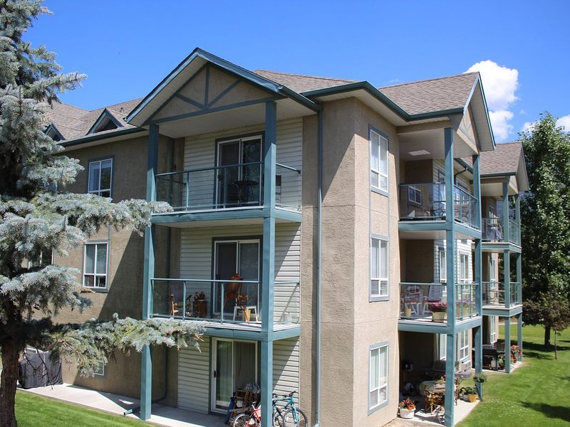 Mountain view, 1500 sqft 3 BR Penthouse Condo, Sleeps 8, with outdoor pool, location de vacances à Radium Hot Springs