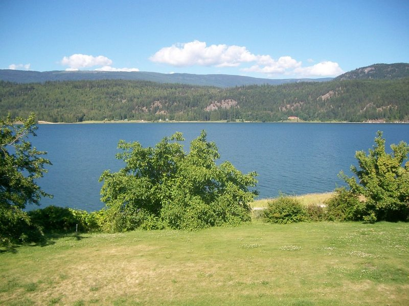 Private cottage with Sandy Beach on Arrow Lake, vacation rental in Fauquier