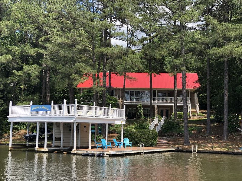 Private Point Lot! Wireless Internet! Pool Table/Ping Pong & Floating Mat!, vacation rental in Macon