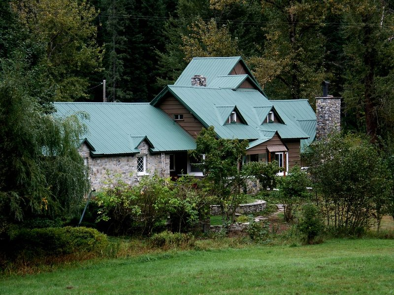 BEAUTIFUL ELK MOUNTAIN RANCH ADJOINS OVER 2 MILLION ACRES OF NATIONAL FOREST!, holiday rental in Coeur d'Alene