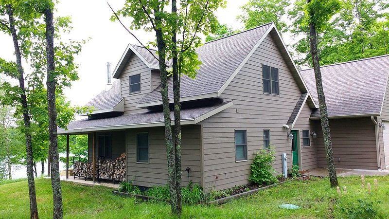 Beautiful newer home on a quiet peaceful lake, vacation rental in Crystal Falls