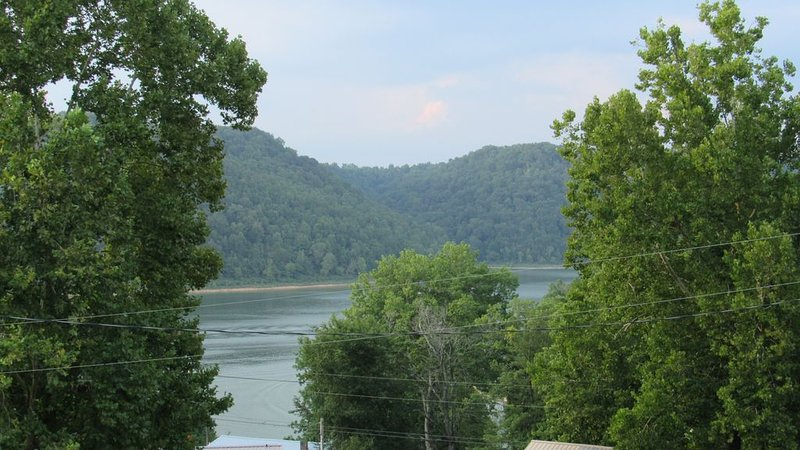 WOW! Lake View AND Lake Access in a newly renovated beautiful home, holiday rental in Silver Point