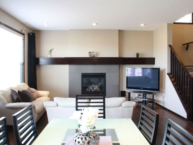 Newly Furnished Modern And Deluxe House (Maximum Sleep 9 people), holiday rental in Calgary
