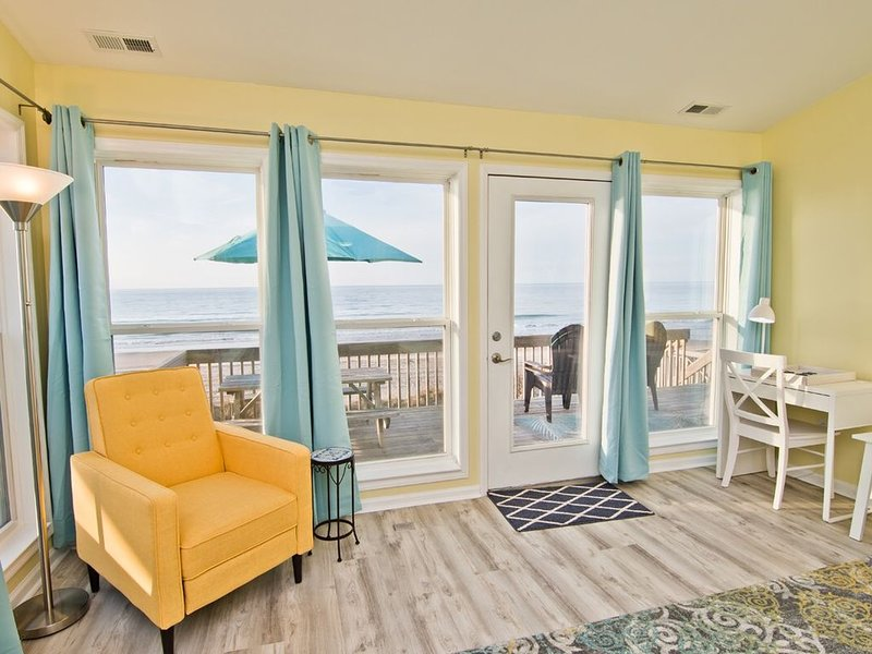 Stunning oceanfront views just steps from the deck; steps, sand, waves!, alquiler de vacaciones en Emerald Isle
