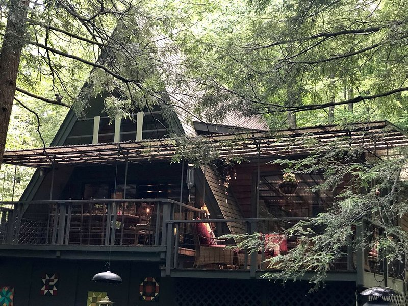 'Sunburst' Creekside Cabin - Minutes from Downtown Boone!, holiday rental in Boone