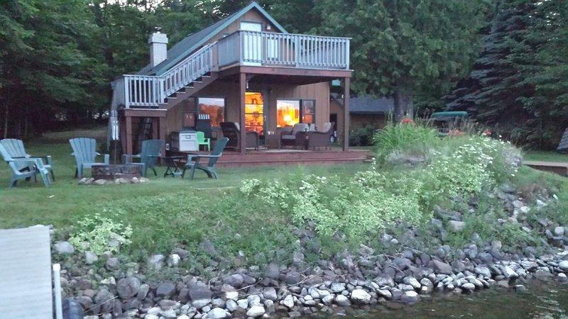 Quaint cabin on the southwest shore on AuTrain Lake, alquiler de vacaciones en Deerton