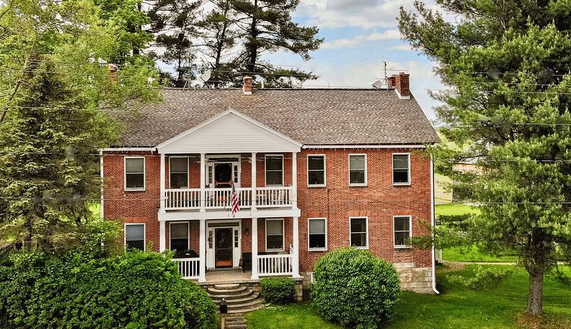 Restored Colonial Farmhouse Near Seven Springs -- Perfect For Family Gatherings, vacation rental in Somerset