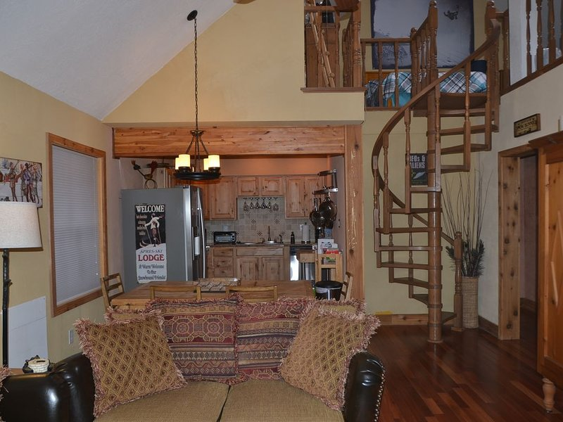 'Outer Limits Loft' Snowfire Condo. Sleeps 6-8 With Loft. Updated Near Slopes!, vacation rental in Angel Fire