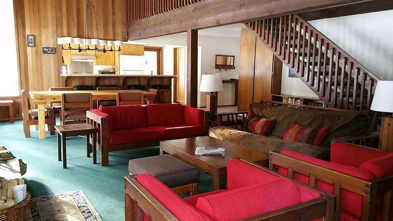 Large, traditional Black Butte Ranch house features big indoor sunken hot tub, alquiler de vacaciones en Sisters
