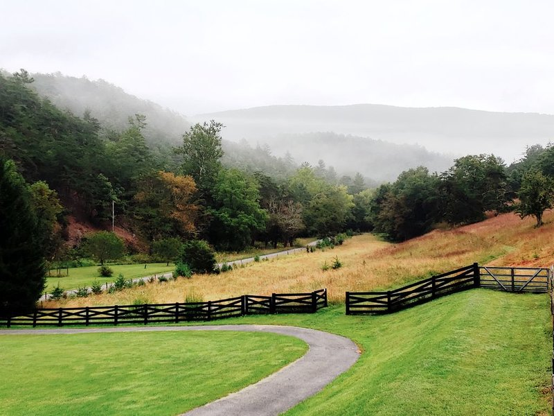 Cottage, Pool, 300 Acres of Gorgeous Blue Ridge Mountains, holiday rental in Williamsville