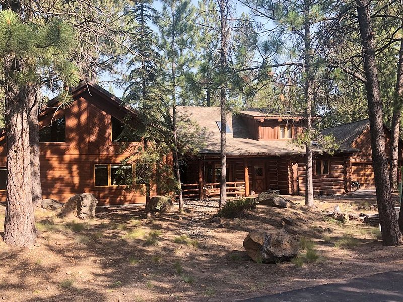 Remodeled Log Cabin, Walk To Village & To SHARC.Includes 6 unlimited passes, vacation rental in Sunriver