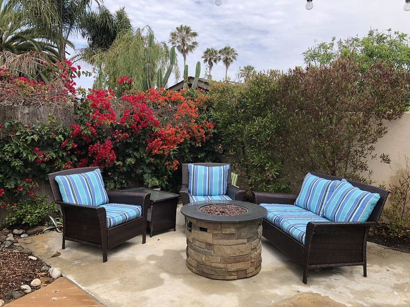 **BOOK ME STAY HERE - ORIGINAL BEACH COTTAGE  BEAUTIFUL YARD AND HOME**, vacation rental in Ventura