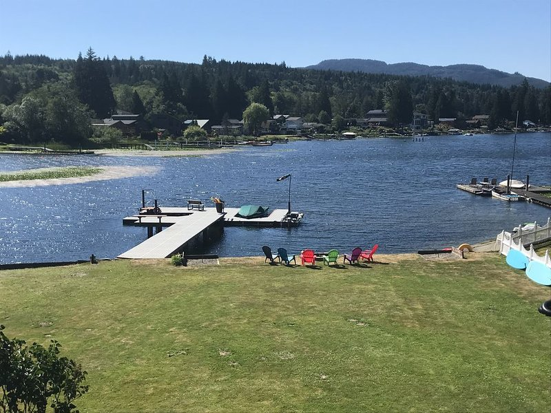 Family-friendly lakefront home with kayaks/paddleboards and well-stocked kitchen, casa vacanza a Bellingham