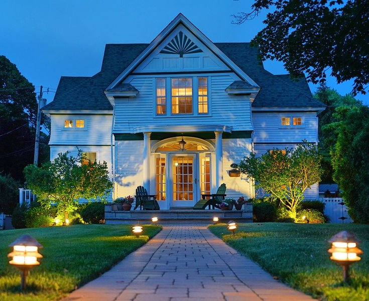 Architectural Masterpiece in Red Bank NJ - Character and Charm. Walk to town., holiday rental in Manalapan