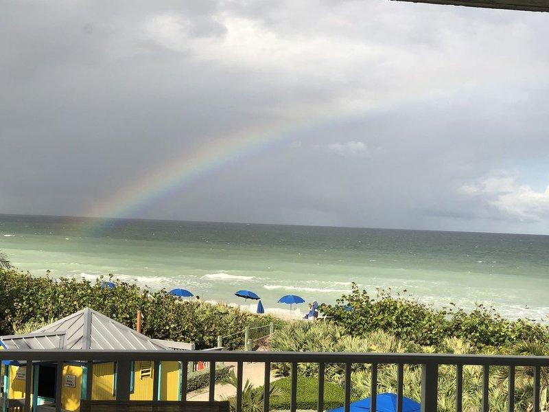 IRP Beachfront Paradise - Pets Welcome! Ocean Club Members - golf/tennis/fitness, casa vacanza a Stuart