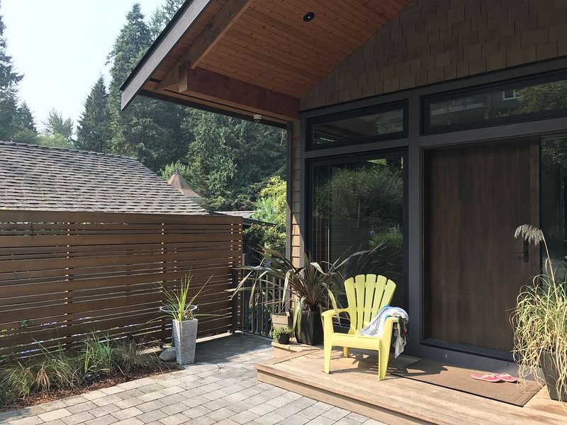 Amazing Coastal Modern Home, Ocean & Forest View & Access, vakantiewoning in North Vancouver