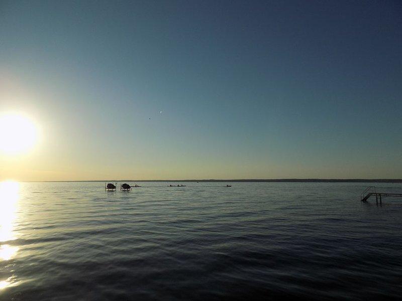 Calmante atardecer en el lago