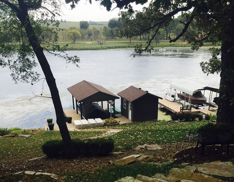 5 Bedroom Lakehouse on Wabaunsee, holiday rental in Maple Hill