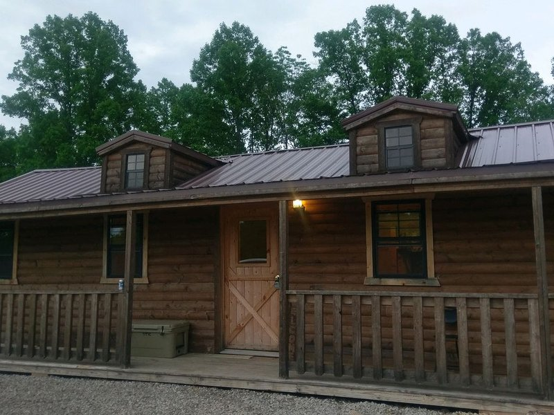 Close To The Caves; Hot Tub; WiFi; Deck, Grill, Fire Pit, Pet Friendly, 5+ Acres – semesterbostad i McArthur
