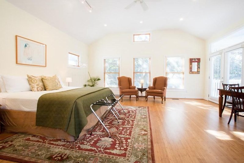 South Central - Two-story Treetop Guesthouse - 30 Day Minimum, alquiler de vacaciones en Austin