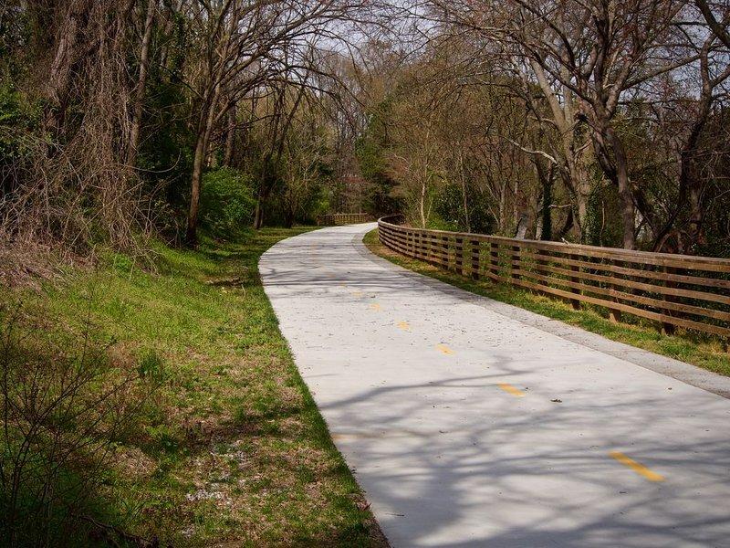 O novo Firefly Trail fica ao virar da esquina e serpenteia pelo Dudley Park.