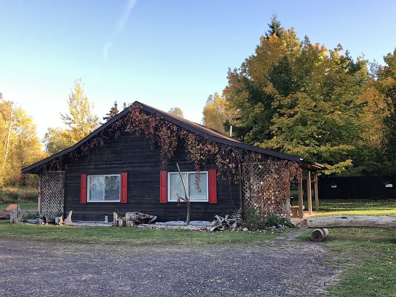 Family & Pet Friendly ~ State Park Nearby To Hike, Swim, Ski & Snowmobile, holiday rental in Ontonagon