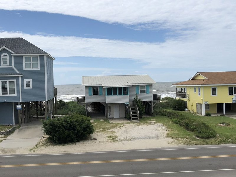Rustic 1960's Oceanfront Cottage With Modern Updates, location de vacances à Oak Island