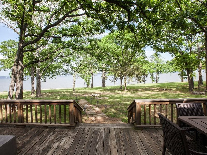 Walk to water - Lakefront home on Lake Texoma, alquiler de vacaciones en Colbert