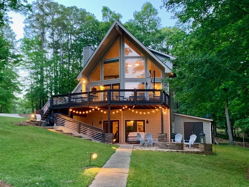Recently Updated, Custom-Built Waterfront Home On Lake Oconee, location de vacances à Greensboro