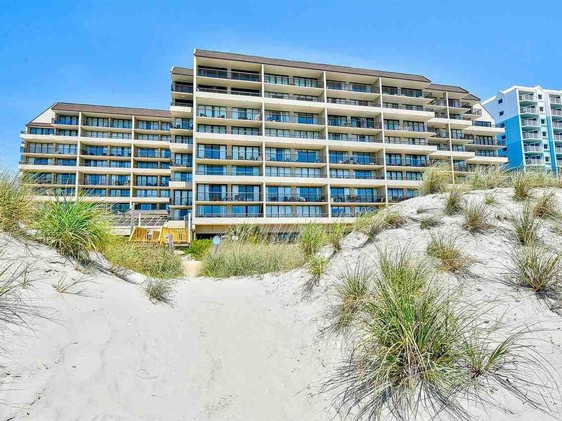 Beautiful Oceanfront Condo In Popular Windy Hill, Renovated for 2020 Season!!!, alquiler de vacaciones en North Myrtle Beach