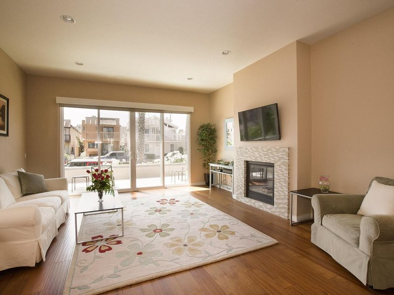 600 ft to Beach, Near Pier, 10 Beds, AC, Roof Deck, Bikes, Surfboards, holiday rental in Huntington Beach