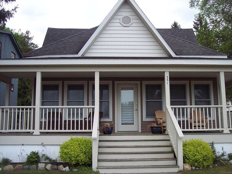 Beautiful Downtown Boyne City Home, Across Street from Lake Charlevoix, vacation rental in Charlevoix County