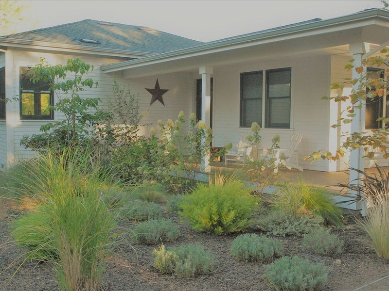 Lovely Farmhouse with Hot Tub & Walking Distance to Downtown Sonoma, vakantiewoning in Vineburg