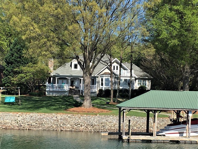 Gorgeous Lakefront home with a private dock & the most beautiful sunset views!, holiday rental in Lake Norman