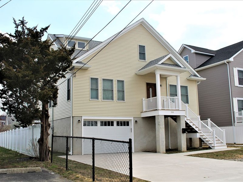 Beautiful 5BR Home -  Great for Families  - 3 Blocks to the Beach - Sleeps 12, holiday rental in Point Pleasant Beach