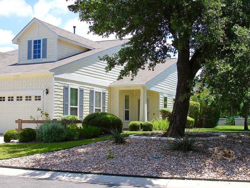 Beautifully Furnished, Pet Friendly Home Located in Sun City Georgetown, Texas, location de vacances à Georgetown