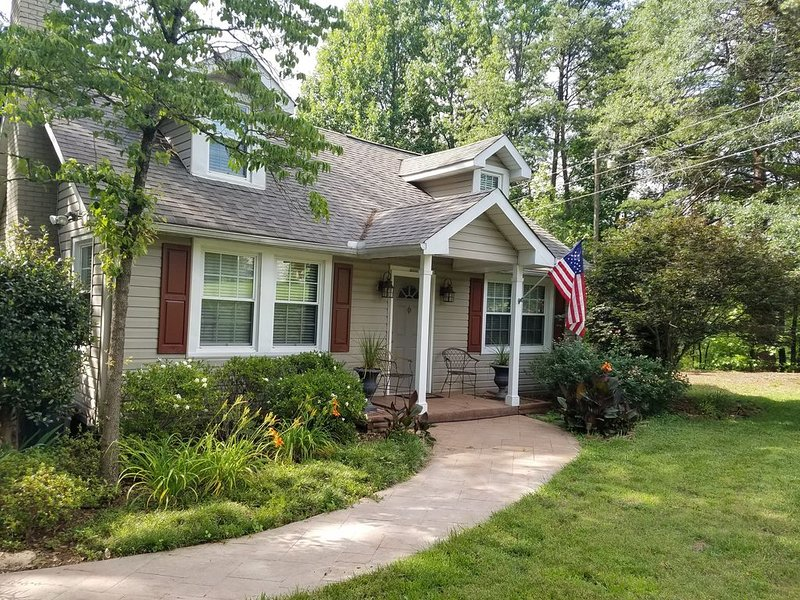 Quaint Cottage Just on the Edge of Town near the Swamp Rabbit Trail, holiday rental in Marietta