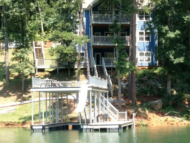 Hidden Treasure - Double Decker Dock w/Slide; Lots of Parking; Hot Tub, holiday rental in Duff