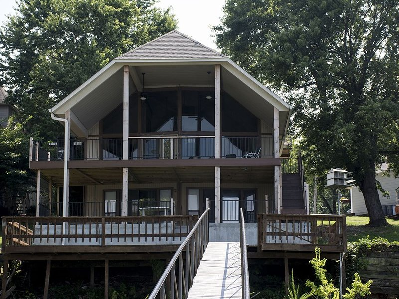 Beautiful Five Bedroom Home with a 'Grand View' of Lake 'Newly Listed', aluguéis de temporada em Spavinaw