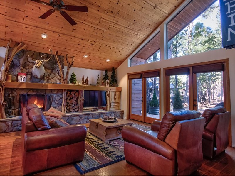 Luxurious Ski Chalet With Hot Tub - Close to Sunrise!, location de vacances à Vernon