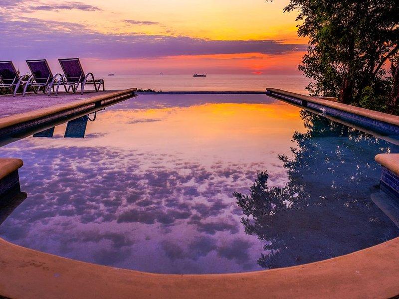 New Luxury 1-2 Bedroom SeaScape Condos in West Roatan w/ Pool & Ocean Views, holiday rental in West Bay