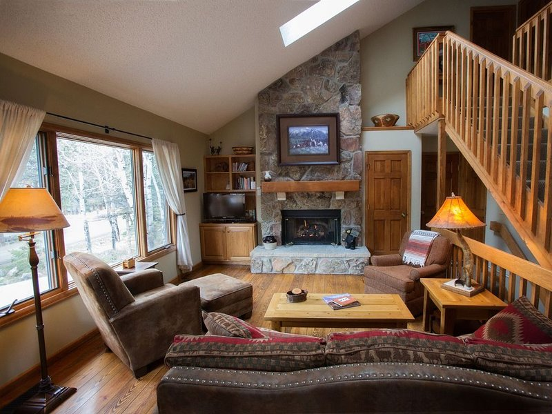 Cabin w/Shared Access to Big T River*.25mi RMNP/.5to YMCA & 3mi to Town, deck, vacation rental in Estes Park