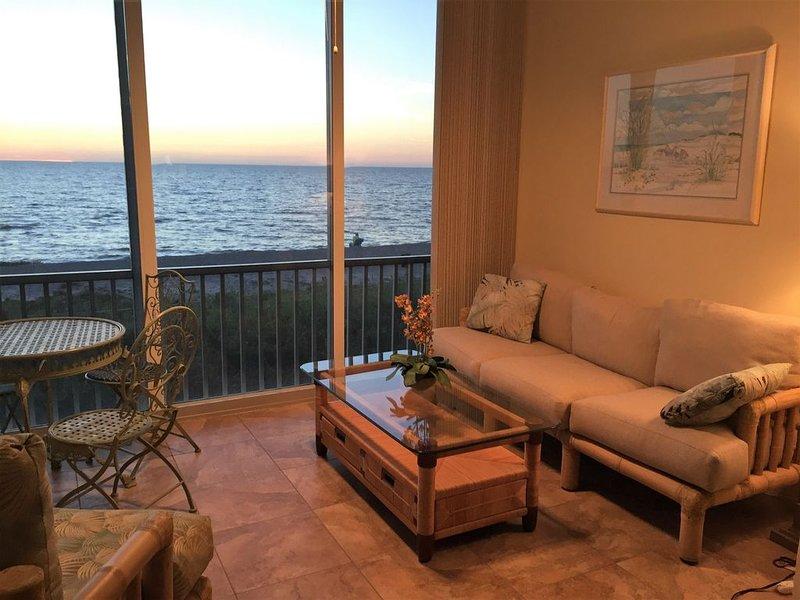 Paradisel 2 Bedroom Gulf/Beach Front Condo, Remodeled, Sunset on Siesta Keys, casa vacanza a Gulf Gate Estates